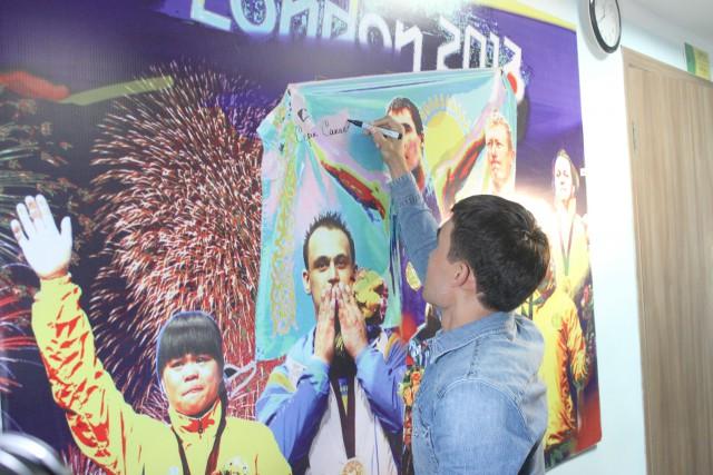 Серик Сапиев оставляет свой автограф на стене