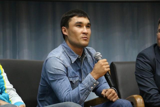 Серик Сапиев отвечает на вопросы детей в НИШ
