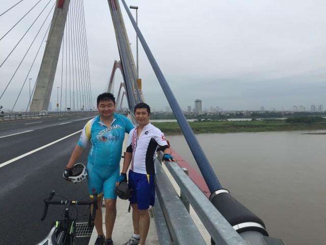 С вьетнамским коллегой на мосту Nhat Tan
