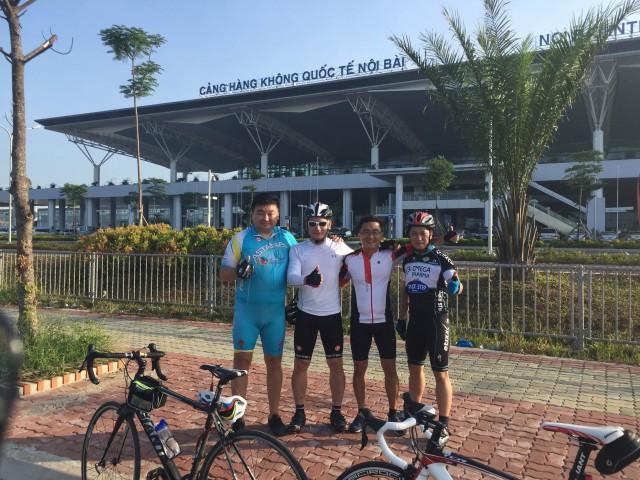 С вьетнамскими товарищами на фоне нового аэропорта