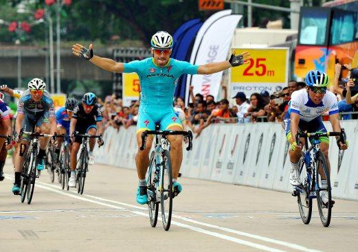 KUALA LUMPUR, 15 Mac -- MENANG BERGAYA... Pelumba Astana Pro Team, Andrea Guardini (tengah) berjaya mengungguli peringkat terakhir jelajah Le Tour de Langkawi (LTdL) 2015, dari Kuala Kubu Bharu ke Kuala Lumpur dengan catatan masa 2 jam 27 saat. Beliau mendahului empat daripada lapan peringkat kayuhan yang ditawarkan pada LTdL 2015 kali ini. --fotoBERNAMA (2015) HAKCIPTA TERPELIHARA