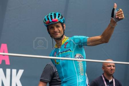 62723165-pinerolo-italy-may-27-2016-michele-scarponi-team-astana-to-the-podium-signatures-before-the-start-of